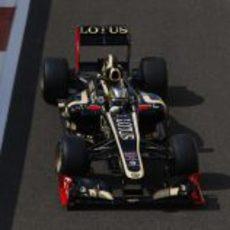 Davide Valsecchi rueda con el Lotus E20 en Yas Marina