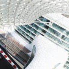 El McLaren bajo el hotel de Yas Marina en los test