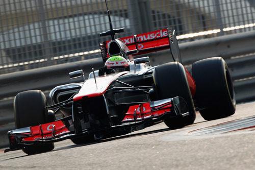 Oliver Turvey rueda con el McLaren en Yas Marina