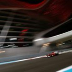 Fernando Alonso bajo las luces de Yas Marina