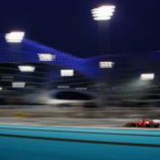 Los focos iluminan a Fernando Alonso en los libres