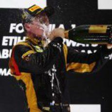 "Kimi Räikkönen se ""emborracha"" de éxito en el podio de Abu Dabi"