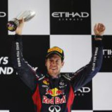 Sebastian Vettel levanta su trofeo de tercero en el GP de Abu Dabi 2012