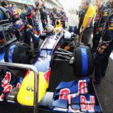 Los mecánicos de Vettel le preparan para salir desde el 'pit-lane'