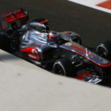 Jenson Button rueda en el primer día del fin de semana en Abu Dabi