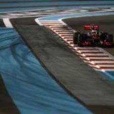 Lewis Hamilton toma una recta en Yas Marina