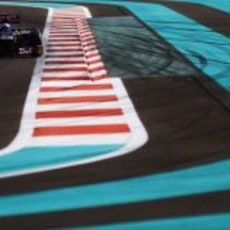 Daniel Ricciardo entra en una recta en Yas Marina