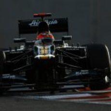 Heikki Kovalainen rueda en la noche de Abu Dabi