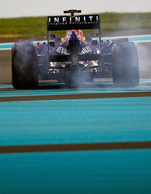 Mark Webber se pasa de frenada en Abu Dabi