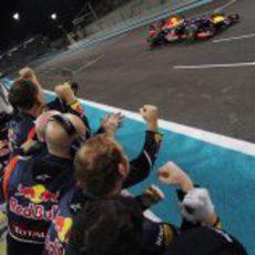 Sebastian Vettel cruza la línea de meta en Abu Dabi