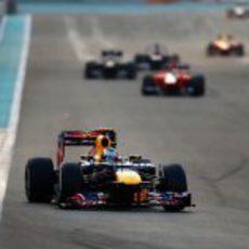 Sebastian Vettel remonta posiciones en Abu Dabi