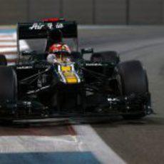 Heikki Kovalainen toma una recta en el circuito de Yas Marina