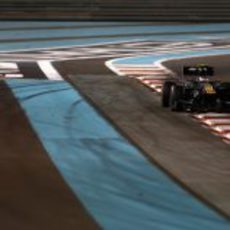 Vitaly Petrov completa las vueltas del GP de Abu Dabi 2012