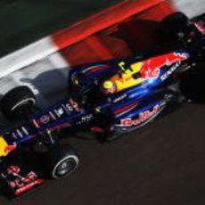 Mark Webber completa la clasificación bajo los focos de Yas Marina