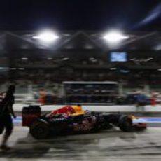 Sebastian Vettel regresa al garaje tras la Q1 en Abu Dabi