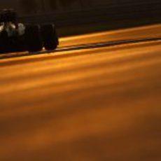 Kimi Räikkönen rueda en el atardecer de Abu Dabi
