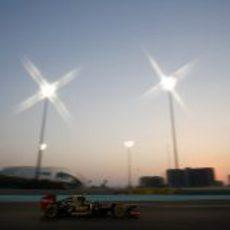 Romain Grosjean rueda bajo los focos de Yas Marina