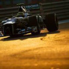 Nico Rosberg pilota el W03 en el atardecer de Abu Dabi
