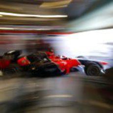 Charles Pic sale rápido del garaje de Marussia en Yas Marina