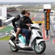 Michael Schumacher en lo más alto de la curva 1 de Austin