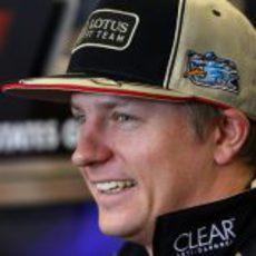Kimi Räikkönen se rie en la rueda de prensa de la FIA