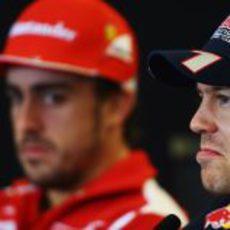 Fernando Alonso mira de reojo a Sebastian Vettel