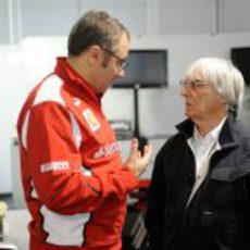 Stefano Domenicali charla con Bernie Ecclestone