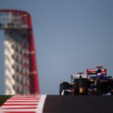 Daniel Ricciardo rueda delante de un HRT