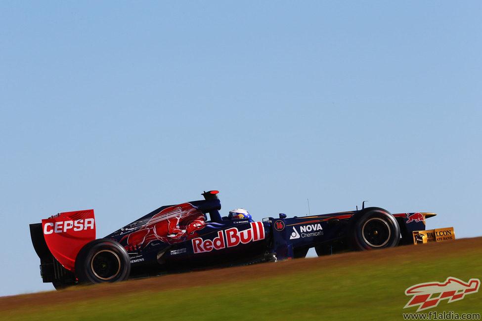 Daniel Ricciardo escalando la primera curva