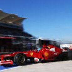 Fernando Alonso sale de boxes con el Ferrari F2012 en Austin