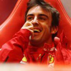 Fernando Alonso se parte de risa en el box de Ferrari