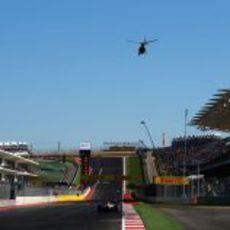 Monoplazas en la pista de Austin y un helicóptero en el cielo