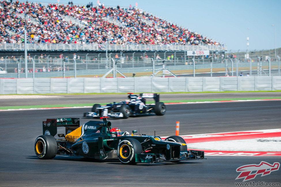 Heikki Kovalainen y Pastor Maldonado ruedan en los libres