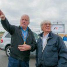 Charlie Whiting explica el trabajo a Bernie Ecclestone