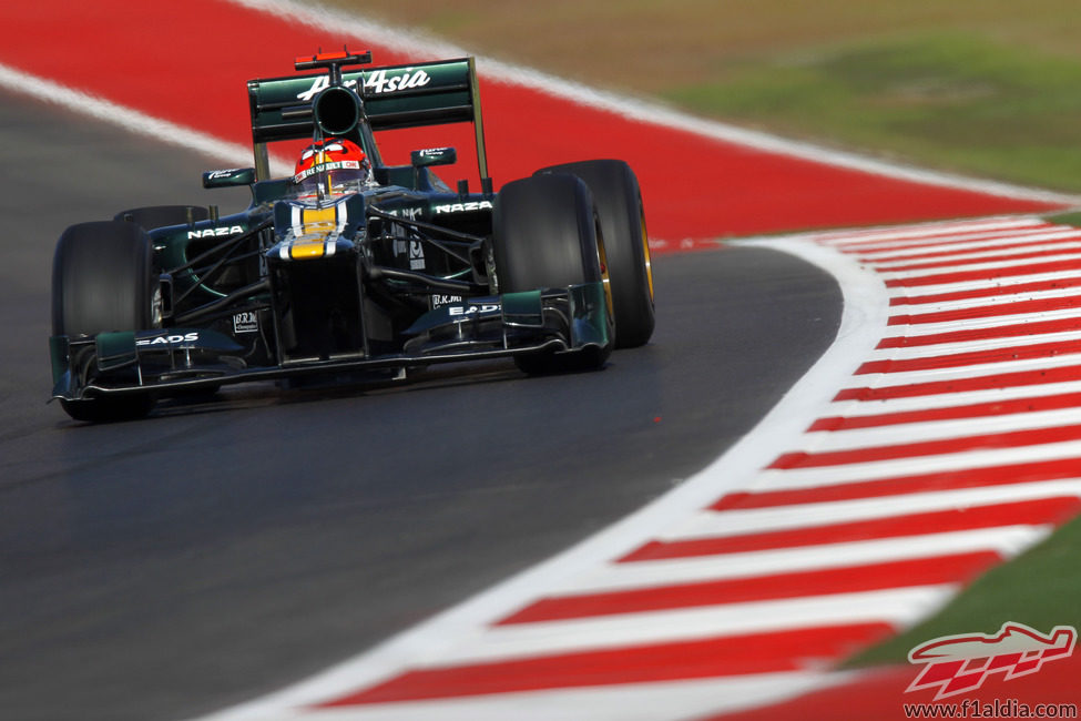 Heikki Kovalainen sale de una curva en el Circuito de las Américas