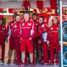Los mecánicos de Ferrari tapan el F2012