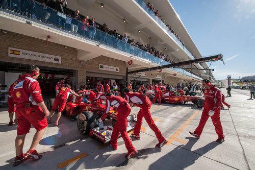 Los dos Ferrari vuelven a boxes