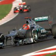 Michael Schumacher pilota por delante de un McLaren en Austin