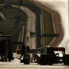 Lewis Hamilton regresa a los boxes del Circuito de las Américas