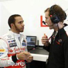Lewis Hamilton habla con su ingeniero en el garaje de McLaren