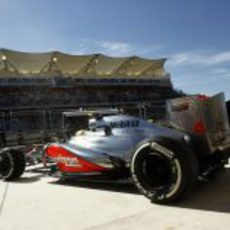 Lewis Hamilton sale de boxes con su McLaren en Austin