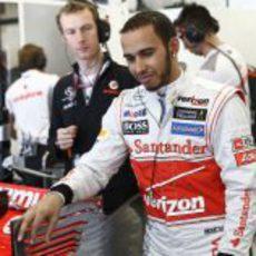 Lewis Hamilton en el garaje de McLaren
