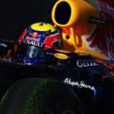 Mark Webber con parafina en sus neumáticos durante los libres