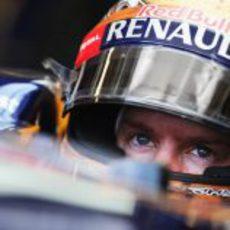 Sebastian Vettel muy concentrado en el interior de su RB8