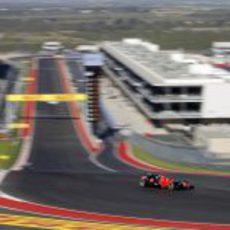 Timo Glock afronta la primera curva en Austin