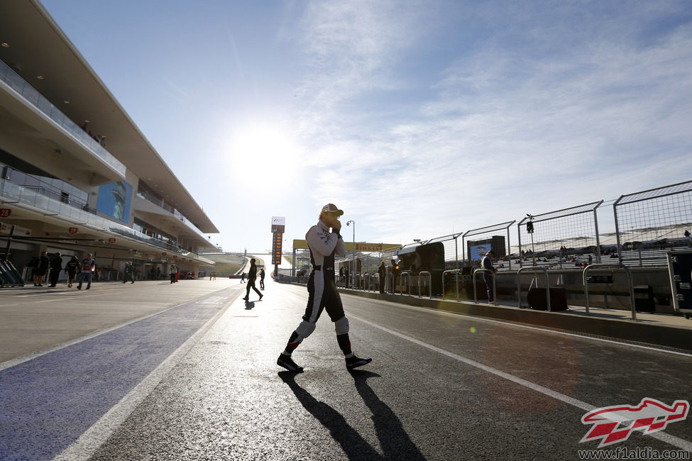 Bruno Senna cruza el pitlane