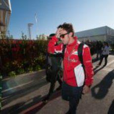 Fernando Alonso llega al circuito el día de la carrera