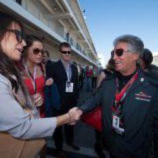 Mario Andretti saluda a algunos invitados en Austin
