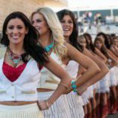 Sonrientes 'pit babes' en el Circuito de las Américas