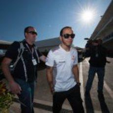 Lewis Hamilton llega al circuito el día de la carrera